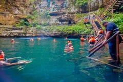 CHICHEN ITZA, МЕКСИКА - 12-ОЕ НОЯБРЯ 2017: Неопознанные люди наслаждаясь днем в красивом пруде Ik-Kil Cenote с Стоковые Изображения