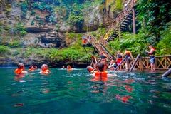 CHICHEN ITZA, МЕКСИКА - 12-ОЕ НОЯБРЯ 2017: Неопознанные люди наслаждаясь днем в красивом пруде Ik-Kil Cenote с Стоковое Изображение RF