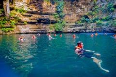 CHICHEN ITZA, МЕКСИКА - 12-ОЕ НОЯБРЯ 2017: Неопознанные люди наслаждаясь днем в красивом пруде Ik-Kil Cenote с Стоковые Фотографии RF