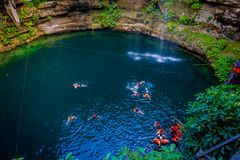 CHICHEN ITZA, МЕКСИКА - 12-ОЕ НОЯБРЯ 2017: Неопознанные люди плавая на Ik-Kil Cenote около Chichen Itza, Мексики и Стоковая Фотография RF