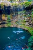CHICHEN ITZA, МЕКСИКА - 12-ОЕ НОЯБРЯ 2017: Неопознанные люди плавая на Ik-Kil Cenote около Chichen Itza, Мексики Стоковые Изображения RF