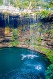 CHICHEN ITZA, МЕКСИКА - 12-ОЕ НОЯБРЯ 2017: Неопознанные люди плавая на Ik-Kil Cenote около Chichen Itza, Мексики Стоковая Фотография