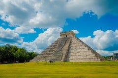 CHICHEN ITZA, МЕКСИКА - 12-ОЕ НОЯБРЯ 2017: Неопознанные туристы идя на Chichen Itza, один из новых 7 интересов  Стоковые Изображения RF