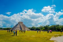 CHICHEN ITZA, МЕКСИКА - 12-ОЕ НОЯБРЯ 2017: Неопознанные туристы посещая Chichen Itza, один из новых 7 интересов  Стоковая Фотография RF