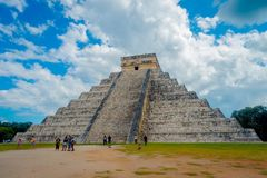CHICHEN ITZA, МЕКСИКА - 12-ОЕ НОЯБРЯ 2017: Неопознанный наслаждаться людей scupture Chichen Itza, одного из посещать Стоковая Фотография