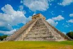 CHICHEN ITZA, МЕКСИКА - 12-ОЕ НОЯБРЯ 2017: Шаги известной пирамиды на Chichen Itza на полуострове Юкатан в Мексике Стоковое фото RF