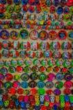CHICHEN ITZA, МЕКСИКА - 12-ОЕ НОЯБРЯ 2017: Ose Cl вверх красочных ремесленничеств, внутри chichen itza одно посещать Стоковое фото RF