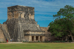 chichen itza 玛雅废墟,在一千个战士尤加坦,墨西哥的寺庙的专栏 免版税库存照片