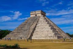 chichen itza 玛雅废墟,在一千个战士尤加坦,墨西哥的寺庙的专栏 免版税图库摄影