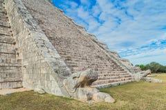 chichen itza 玛雅废墟,在一千个战士尤加坦,墨西哥的寺庙的专栏 库存照片
