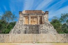 chichen itza 玛雅废墟,在一千个战士尤加坦,墨西哥的寺庙的专栏 图库摄影
