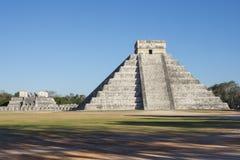 Chichen Itza el Castillo och tempel av krigarna på soligt aft Arkivbild