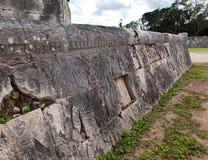 Chichen Itza. Fragment einer Wand einer Pyramide mit einer alten Verzierung. Yucatan, Mexiko.Close oben an einem sonnigen Tag Lizenzfreie Stockfotografie
