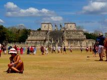 Chichen Itza, México; 16 de abril de 2015: Os povos que visitam as construções antigas da cultura do maya gostam da pirâmide, tem imagens de stock royalty free
