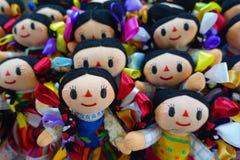 CHICHEN ITZA, MÉXICO - 12 DE NOVEMBRO DE 2017: Feche acima das bonecas feitos a mão bonitas, vendido como lembranças em uma loja  Imagens de Stock
