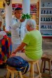 CHICHEN ITZA, MÉXICO - 12 DE NOVEMBRO DE 2017: Opinião interna o chaman indiano que usa plantas para curar povos doentes dentro d Imagem de Stock Royalty Free