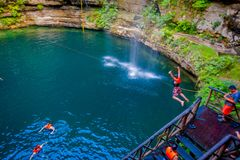 CHICHEN ITZA, MÉXICO - 12 DE NOVEMBRO DE 2017: Povos não identificados que nadam em Ik-Kil Cenote perto de Chichen Itza, México e imagem de stock royalty free