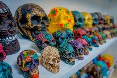 CHICHEN ITZA, MÉXICO - 12 DE NOVIEMBRE DE 2017: Ciérrese para arriba de los cráneos de cerámica mayas hermosos y coloridos, un ad Imágenes de archivo libres de regalías