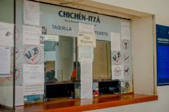 CHICHEN ITZA, MÉXICO - 12 DE NOVIEMBRE DE 2017: La opinión de Indor de la taquilla en cuando sea turístico compra boletos para en Fotografía de archivo