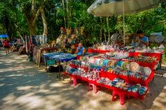 CHICHEN ITZA, MÉXICO - 12 DE NOVIEMBRE DE 2017: La vista al aire libre de las artesanías coloridas, adentro chichen el itza uno d Fotografía de archivo libre de regalías