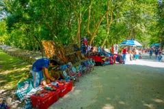 CHICHEN ITZA, MÉXICO - 12 DE NOVIEMBRE DE 2017: La vista al aire libre de las artesanías coloridas, adentro chichen el itza uno d Imágenes de archivo libres de regalías
