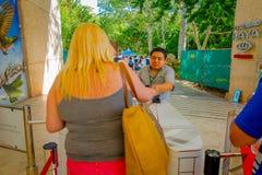 CHICHEN ITZA, MÉXICO - 12 DE NOVIEMBRE DE 2017: Mujer no identificada que da los boletos para entrar y para visitar en las ruinas Imágenes de archivo libres de regalías