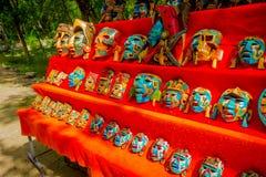 CHICHEN ITZA, MÉXICO - 12 DE NOVIEMBRE DE 2017: Vista al aire libre de máscaras coloridas, sobre una tienda roja situada en el ai Imagen de archivo