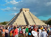 CHICHEN ITZA, MÉXICO - MARÇO 21,2014: Turistas que olham a serpente emplumada rastejar abaixo templo equinócio do 21 de março de  Fotografia de Stock