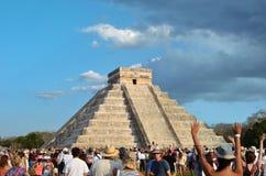 CHICHEN ITZA, MÉXICO - MARÇO 21,2014: Turistas que olham a serpente emplumada rastejar abaixo templo equinócio do 21 de março de  Fotografia de Stock Royalty Free