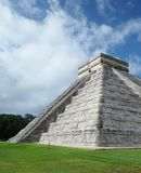 Chichen Itza, Meksyk, boczny widok El Castillo ostrosłup fotografia royalty free