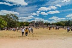 CHICHEN ITZA MEKSYK, FEB, - 26, 2016: Tłumy turyści odwiedzają archeological miejsce Chichen Itza Świątynia fotografia royalty free