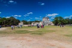 CHICHEN ITZA MEKSYK, FEB, - 26, 2016: Tłumy turyści odwiedzają archeological miejsce Chichen Itza Wielka balowa gra zdjęcie royalty free