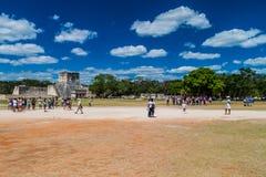 CHICHEN ITZA MEKSYK, FEB, - 26, 2016: Tłumy turyści odwiedzają archeological miejsce Chichen Itza Wielka balowa gra obraz royalty free