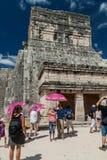 CHICHEN ITZA MEKSYK, FEB, - 26, 2016: Tłumy turyści odwiedzają Jaguar świątynię przy archeological miejscem Chichen Itz fotografia royalty free