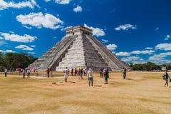 CHICHEN ITZA MEKSYK, FEB, - 26, 2016: Tłumy turyści odwiedzają Kukulkan ostrosłup przy archeological miejscem Chichen Itz obrazy royalty free