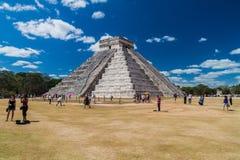 CHICHEN ITZA MEKSYK, FEB, - 26, 2016: Tłumy turyści odwiedzają Kukulkan ostrosłup przy archeological miejscem Chichen Itz zdjęcia royalty free