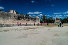CHICHEN ITZA MEKSYK, FEB, - 26, 2016: Tłumy turyści odwiedzają wielkiego balowej gry sądu przy archeological miejscem obraz royalty free