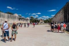CHICHEN ITZA MEKSYK, FEB, - 26, 2016: Tłumy turyści odwiedzają wielkiego balowej gry sądu przy archeological miejscem zdjęcie royalty free