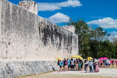 CHICHEN ITZA MEKSYK, FEB, - 26, 2016: Tłumy turyści odwiedzają wielkiego balowej gry sądu przy archeological miejscem fotografia royalty free