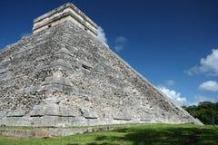 Chichen Itza, Messico Vista della piramide di El Castillo dall'angolo immagini stock libere da diritti