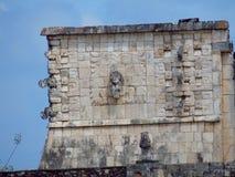 Chichen Itza, Mexico; 16 april 2015: Mensen die de oude gebouwen van maya cultuur zoals de piramide bezoeken, jaguartempel, plane royalty-vrije stock foto's