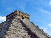 Chichen Itza, Mexico; 16 april 2015: Mensen die de oude gebouwen van maya cultuur zoals de piramide bezoeken, jaguartempel, plane stock foto