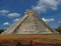 Chichen Itza, Mexico; 16 april 2015: Mensen die de oude gebouwen van maya cultuur zoals de piramide bezoeken, jaguartempel, plane royalty-vrije stock fotografie