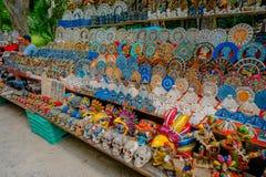 CHICHEN ITZA, MEXICO - NOVEMBER 12, 2017: De openluchtmening van kleurrijke en mooie die herinneringen, binnen wordt gevestigd va Stock Foto
