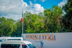 CHICHEN ITZA, MEXICO - NOVEMBER 12, 2017: Den utomhus- sikten av chichen enorma ord för itza i en vägg på det fria på skriva in a Royaltyfri Foto