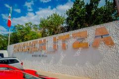 CHICHEN ITZA, MEXICO - NOVEMBER 12, 2017: Den utomhus- sikten av chichen enorma ord för itza i en vägg på det fria på skriva in a Fotografering för Bildbyråer