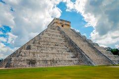 CHICHEN ITZA, MEXICO - NOVEMBER 12, 2017: Härlig molnig sikt av Chichen Itza, en av de mest besökte arkeologiska Royaltyfri Bild