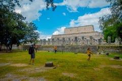 CHICHEN ITZA, MEXICO - NOVEMBER 12, 2017: Härlig utomhus- sikt av oidentifierat folk som går i Chichen Mayan Itza Royaltyfria Bilder