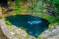 CHICHEN ITZA, MEXICO - NOVEMBER 12, 2017: Härligt Ik-Kil Cenote damm med många personer som in simmar, nära Chichen Itza Royaltyfri Foto