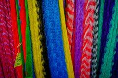 CHICHEN ITZA, MEXICO - NOVEMBER 12, 2017: Kleurrijke Mexicaanse dekens voor verkoop bij markt, Latijns Amerika, stoffenachtergron Stock Fotografie